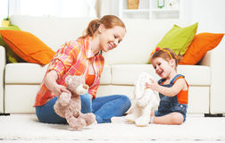 La mère heureuse de famille et la fille d'enfant de fille jouant avec le jouet se fanent Photos libres de droits