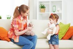 La mère heureuse de famille et la fille d'enfant de fille jouant avec le jouet se fanent Images libres de droits