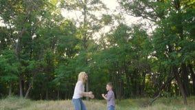 la mère 4k et le fils joue le jeu de applaudissement de famille spacial banque de vidéos