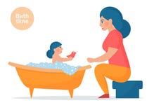 La mère lave le bébé Photo libre de droits
