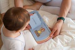 La mère lit un livre à sa fille photo libre de droits