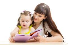 La mère lit un livre à son enfant images stock