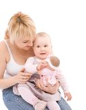 La mère lui enseignent la petite pièce de bébé avec la poupée Image libre de droits