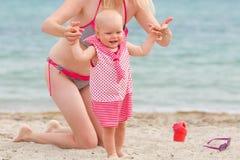 La mère marche avec son petit daughte de bébé images stock