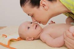 La mère ont plaisir à jouer avec ses cinq mois de bébé garçon Photo libre de droits