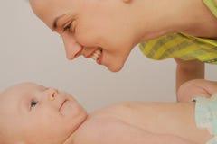 La mère ont plaisir à jouer avec ses cinq mois de bébé garçon Image libre de droits