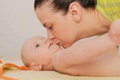 La mère ont plaisir à jouer avec ses cinq mois de bébé garçon Photographie stock