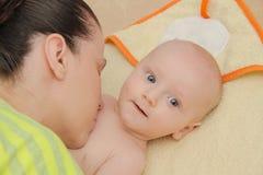 La mère ont plaisir à jouer avec ses cinq mois de bébé garçon Images libres de droits