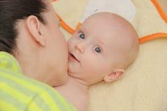 La mère ont plaisir à jouer avec ses cinq mois de bébé garçon Photos libres de droits