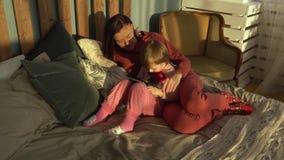 La mère passe le temps avec sa petite fille à la maison banque de vidéos