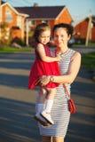 La mère porte le bébé dans des ses bras Relations chaudes entre les membres de la famille Psychologie de famille Photographie stock libre de droits