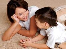 La mère profite d'un agréable moment dans les conversations avec le fils Image stock