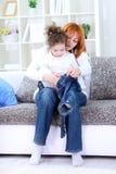 La mère a rectifié l'enfant photo libre de droits