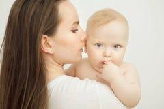 La mère regarde l'enfant avec amour de soin, bébé sur des bras Images stock