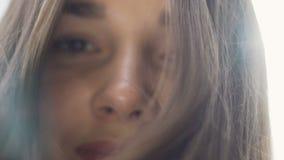 La mère regarde vers le bas sur l'enfant POV, raies aimants de sourire du soleil de cheveux de yeux de femme longs banque de vidéos