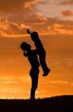 La mère retient le fils vers le haut. Photo libre de droits