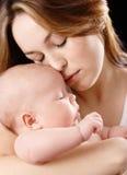 La mère retient son enfant rêvant Images libres de droits