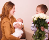 La mère tient l'enfant Photos libres de droits