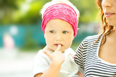 La mère tient l'enfant Image libre de droits