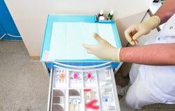 La médecine de préparation auxiliaire du dentiste pour le patient photographie stock libre de droits