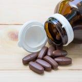 La médecine a mis dessus le bois de palette et dans la bouteille en verre brune photographie stock