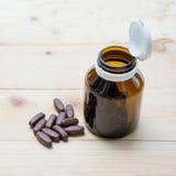 La médecine a mis dessus le bois de palette et dans la bouteille en verre brune images libres de droits