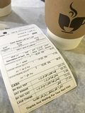 LA MÉDINA, ARABIE SAOUDITE - 27 JANVIER 2018 : Fermez-vous du bil de café Image libre de droits