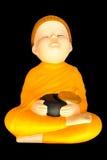 La méditation de moine de chéri d'argile de poupée avec l'aumône roulent image stock