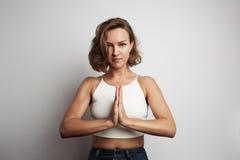 La méditation de pratique de jeune femme au bureau, yoga en ligne classe, prenant un temps de coupure pendant une minute Photo stock