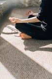 La méditation, le soleil illumine des doigts pliés dans le mudra Images stock