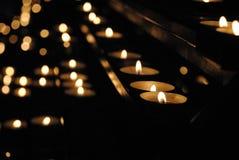 La mémoire de aimé - bougies brûlantes dans une église Photographie stock libre de droits