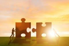 La métaphore d'affaires du travail d'équipe avec le puzzle denteux photos stock