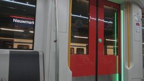 La métro d'Amsterdam - arrivant à la station - AMSTERDAM - PAYS-BAS - 19 juillet 2017 banque de vidéos