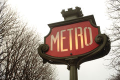 La métro signent dedans Paris Photo libre de droits