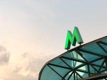 La métro verte se connectent le pare-soleil de l'entrée photo stock