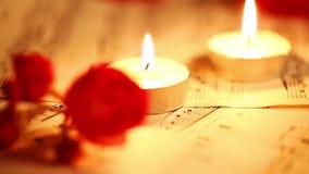 La música observa las hojas y las velas