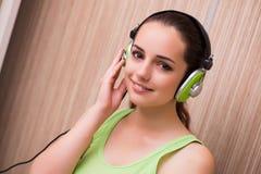 La música que escucha de la chica joven en casa Imagenes de archivo