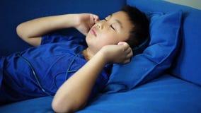La música que escucha del niño pequeño feliz para se relaja en la sala de estar almacen de video