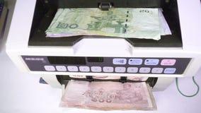 La m?quina del contador del dinero electr?nico est? contando el THB del baht tailand?s almacen de metraje de vídeo