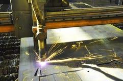 La m?quina del soplete cortador del laser en una planta industrial corta la chapa imagen de archivo libre de regalías