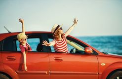 La m?re de famille et la fille heureuses d'enfant va au voyage de voyage d'?t? dans la voiture photographie stock