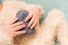 La m?re tient les pieds du b?b? nouveau-n? avec ses mains, doigts sur le pied, soin maternel, amour et ?treintes de famille, tend images stock
