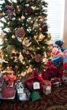 La mañana de la Navidad sorprende envuelto y alista Imagenes de archivo