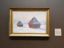 La mañana del efecto de la nieve del centro-Wheatstacks de Getty imagen de archivo libre de regalías