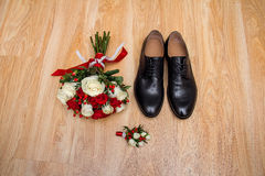 La mañana del novio Accesorios de la boda en colores rojos Zapatos, casandose el ramo, boutonniere en fondo de madera Imagen de archivo libre de regalías
