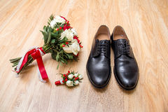 La mañana del novio Accesorios de la boda en colores rojos Zapatos, casandose el ramo, boutonniere en fondo de madera Imágenes de archivo libres de regalías