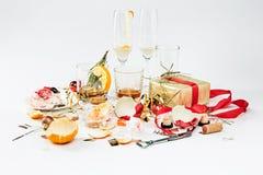 La mañana después del día de la Navidad, tabla con alcohol y sobras fotos de archivo