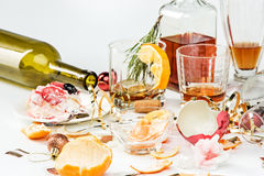 La mañana después del día de la Navidad, tabla con alcohol y sobras imágenes de archivo libres de regalías