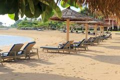 La mañana en una playa arenosa vacía Imagenes de archivo