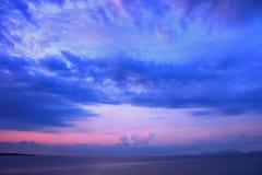 La mañana púrpura del cielo colorea concepto Foto de archivo